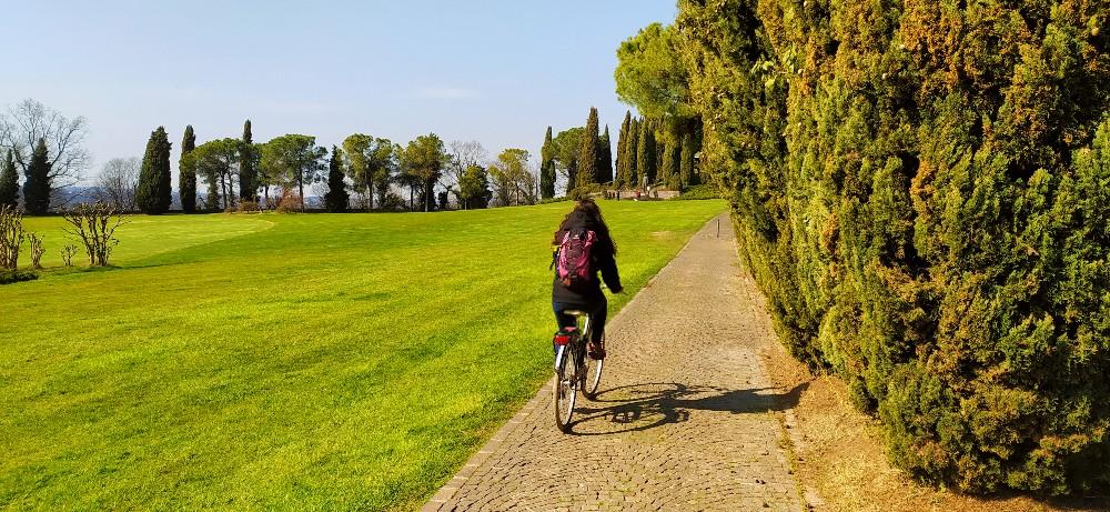 parco giardino sigurtà in bicicletta